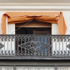 Прямой балкон с ажурным ограждением