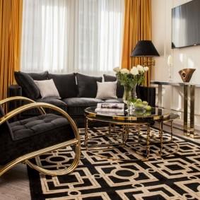 Черное кресло на золотистом каркасе