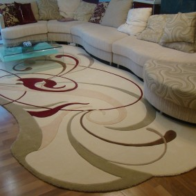 Интерьер гостиной комнаты с ковром нестандартной формы