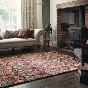 Декор гостиной комнаты красивым ковром