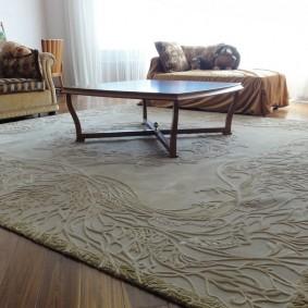 Рельефный рисунок на светлом ковре