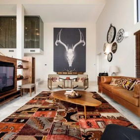 Кожаный диван в гостиной этического стиля
