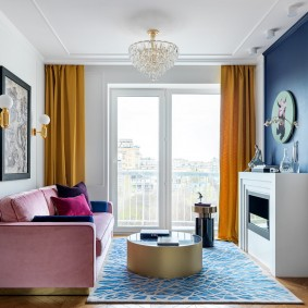 Розовый диванчик в небольшой гостиной