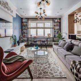 Раскладной диван в гостиной смешанного стиля