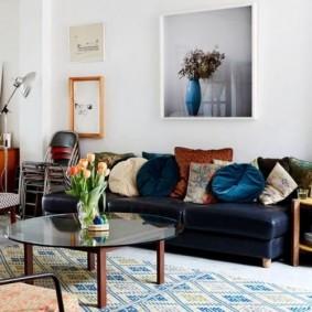 Темно-синий диван в белой гостиной