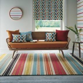Разноцветные полоски на ковре в ретро стиле