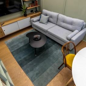 Компактная гостиная в городской квартире