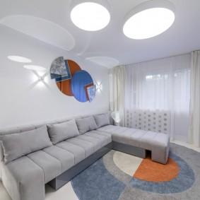 Современная гостиная комната с минимумом мебели