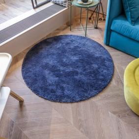 Синий коврик круглой формы
