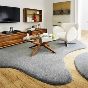Оригинальные коврики в просторной комнате