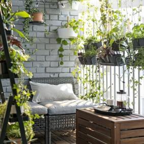 Деревянный столик на балконе с цветами
