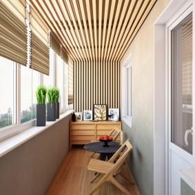 Красивый декор рейками потолка балкона