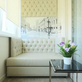 Светлый диванчик на лоджии в современном стиле