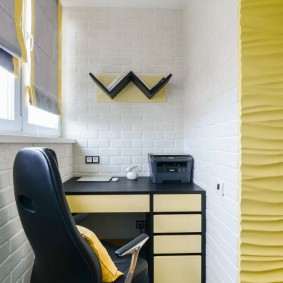 Письменный стол на застекленном балконе