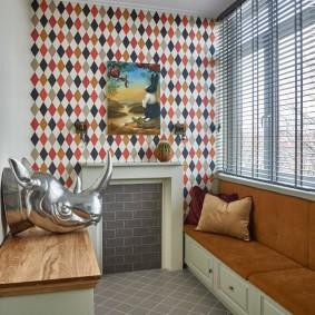 Узкий диванчик вдоль стены на лоджии
