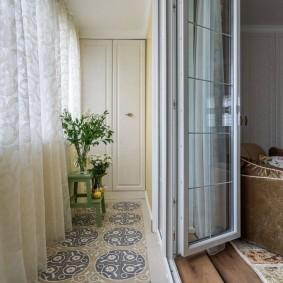 Складные двери между комнатой и балконом