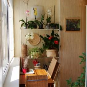 Металлические этажерки с цветами на лоджии