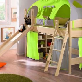 Зеленые шторки на нижнем ярусе высокой кровати