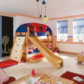 Деревянная мебель в просторной детской