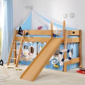 Спасательный круг на бортике детской кровати