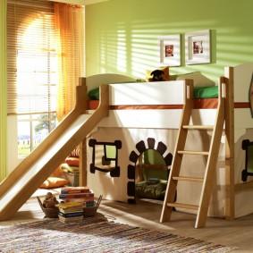 Двухэтажная кровать в спальне школьника