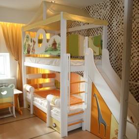 Двухъярусная кровать в спальне двоих детей