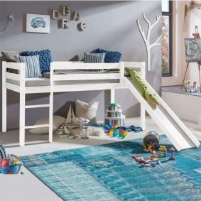 Высокая кровать с игровой зоной внизу