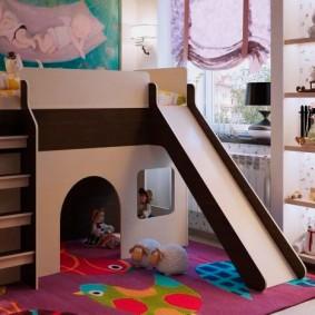 Детские игрушки на встроенном стеллаже