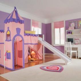 Белый палас в детской комнате для игр