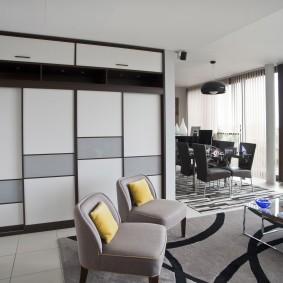 Встроенная мебель в гостиной частного дома