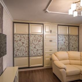 Встроенная система хранения вещей в гостиной комнате