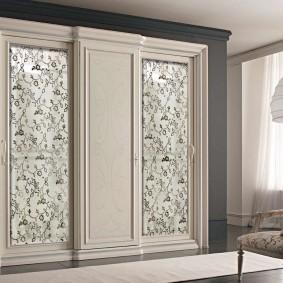Массивный шкаф из дерева с раздвижными дверками