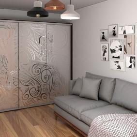 Небольшая гостиная со встроенным шкафом