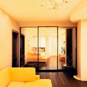 Прямоугольная гостиная с окрашенными стенами