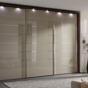 Встроенные светильники над дверцами шкафа-купе