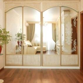Удобный шкаф в интерьере гостиной комнаты
