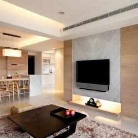 Интерьер гостиной комнаты с ламинатом на стене