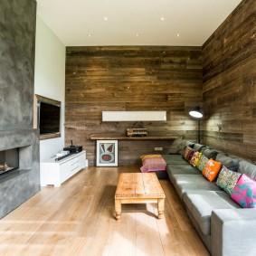 Серый камин в стене небольшой гостиной