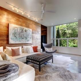 Освещение гостиной комнаты с минимумом мебели