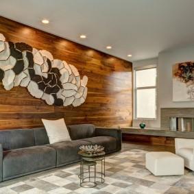 Оригинальное панно на стене с деревянной отделкой