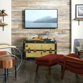 Старый сундук вместо тумбочки в гостиной