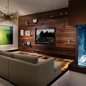 Встроенный аквариум в стене гостиной