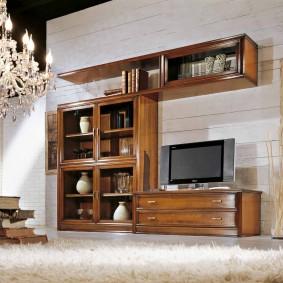 Деревянная мебель в интерьере гостиной