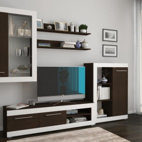 Бело-коричневая мебель в зале квартиры