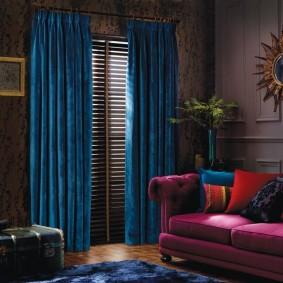 Плотные портьеры в темной гостиной