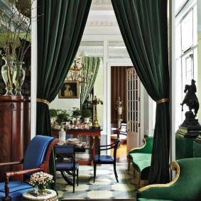 Темно-зеленые шторы на дверном проеме