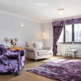 Фиолетовый текстиль в интерьере гостиной комнаты