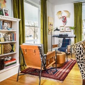 Зеленые занавески в гостиной эклектичного стиля