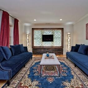 Синие диван в прямоугольной комнате