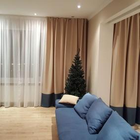 Освещение гостиной с плотными шторами